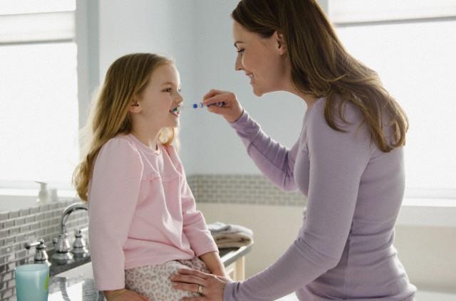 تمیز کردن دندانهای کودک همزمان با رویش نخستین دندان شیری آغاز می شود