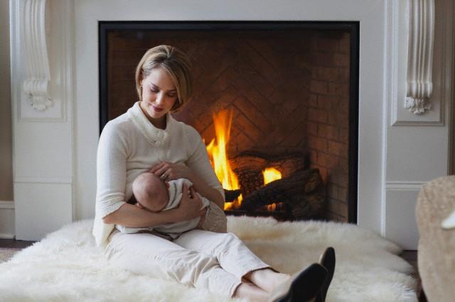پس از زایمان، هیچ لحظه ای را برای شروع تغذیه با شیر مادر نباید تلف نمود