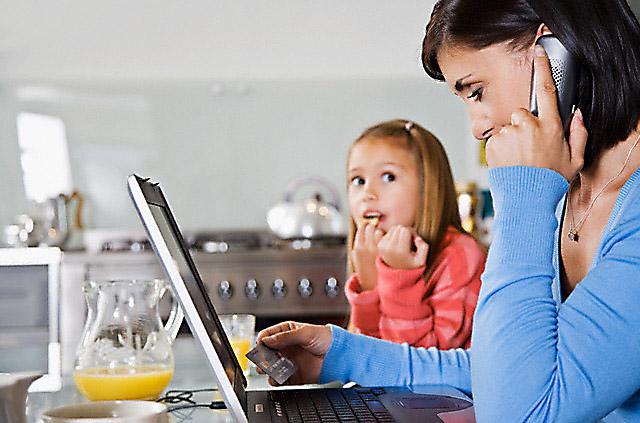 استفاده بیش از اندازه والدین از تلفن همراه به پیوند آنها با کودکانشان آسیب وارد می کند